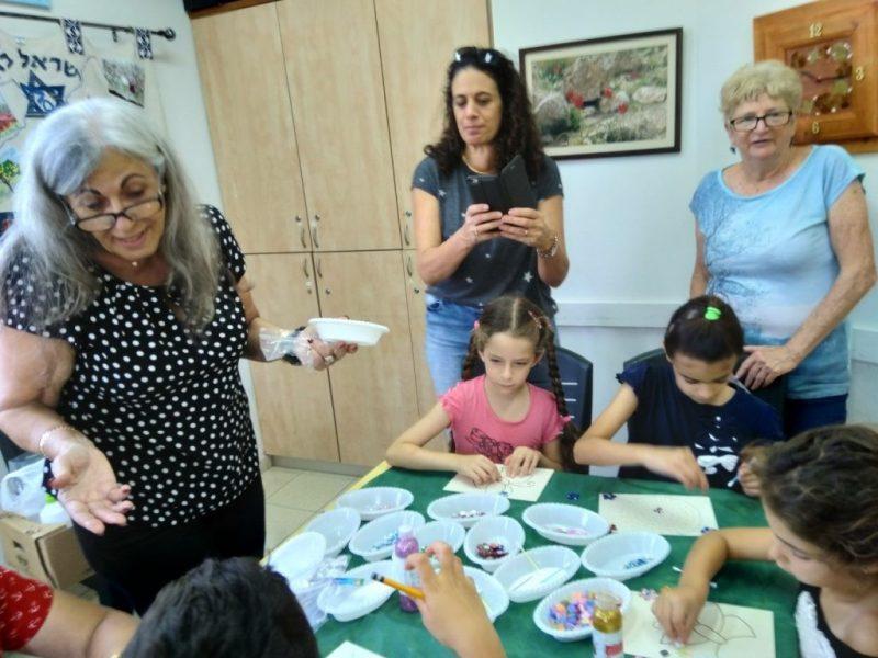 כפרניק WhatsApp-Image-2019-08-14-at-12.18.10 סדנאות עבודות יד של סבתות ונכדים