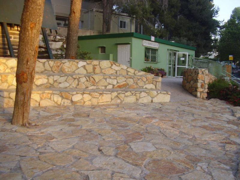 כפרניק zriif-yarok-scaled הצריף הירוק: האמנים נטשו, המועצה נבהלה