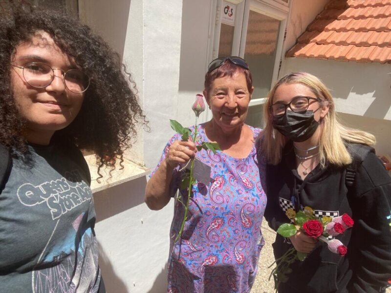 כפרניק 44351232-scaled פרחים לאזרחים הוותיקים