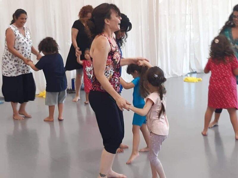 כפרניק FB_IMG_1627905158889-scaled ילדים והורים רוקדים
